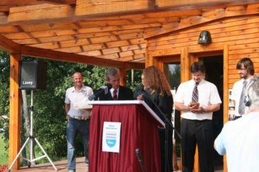 """Župan Šlihthuber je postal edini """"vidri prijazen župan"""" v Sloveniji in prejel zlato značko z vidrinima tačkama."""