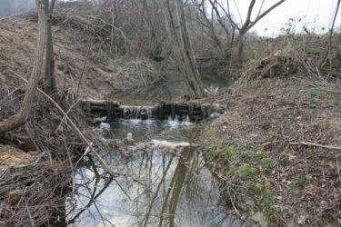 Pragovi za prezračevanje in zadrževanje vode posredno izboljšujejo vidrin življenjski prostor.