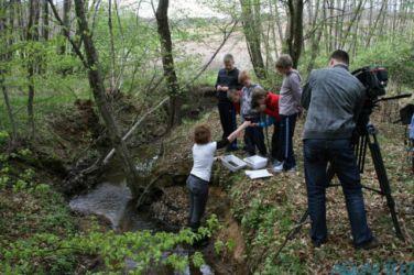 V potoku Mala Krka nabiramo vodne nevretenčarje in jih po opazovanju vrnemo nazaj v naravno okolje.